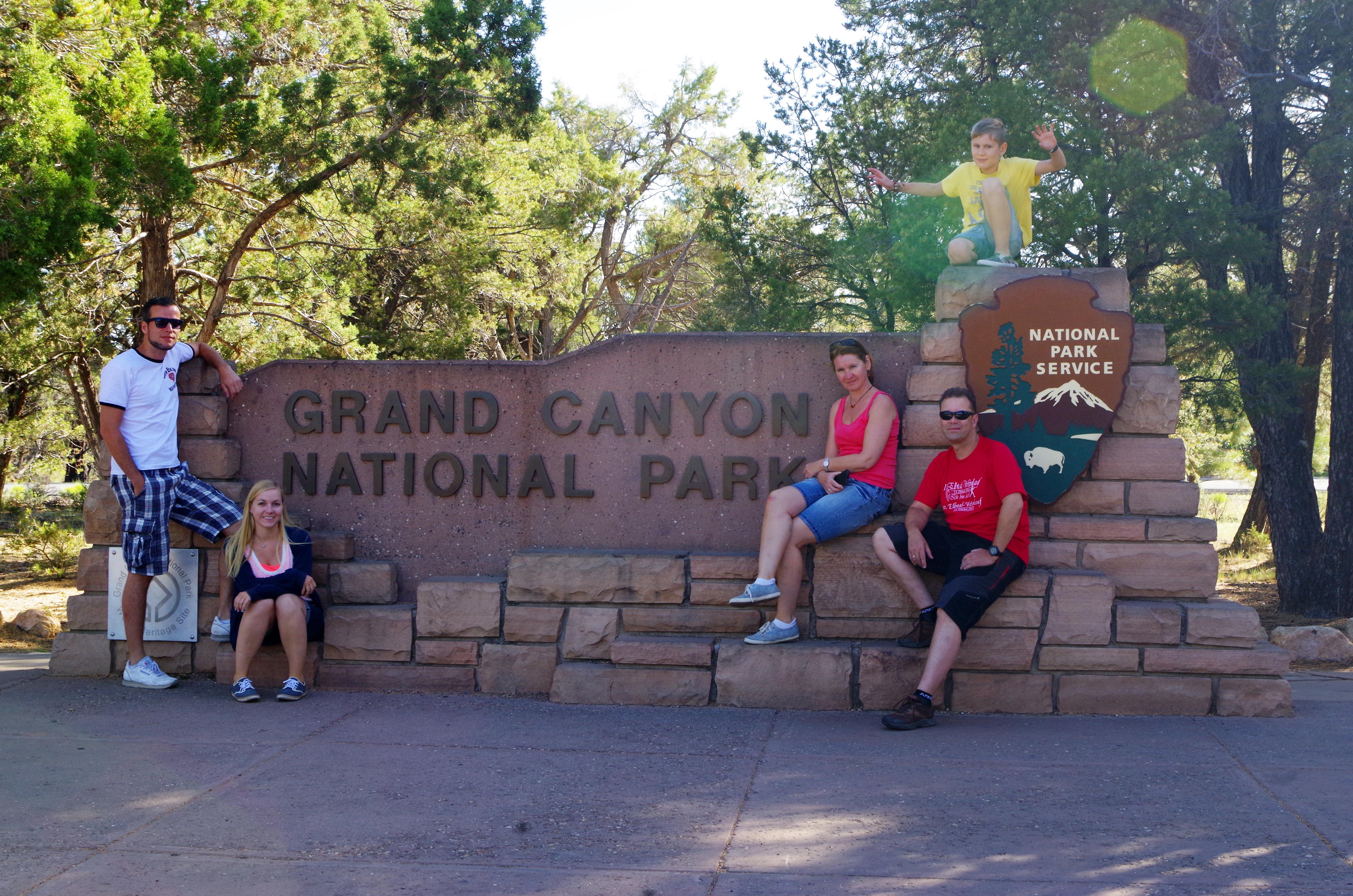 Das schöne Eingangsschild am Grand Canyon Nationalpark lohnt sich für einen Fotostop! :)