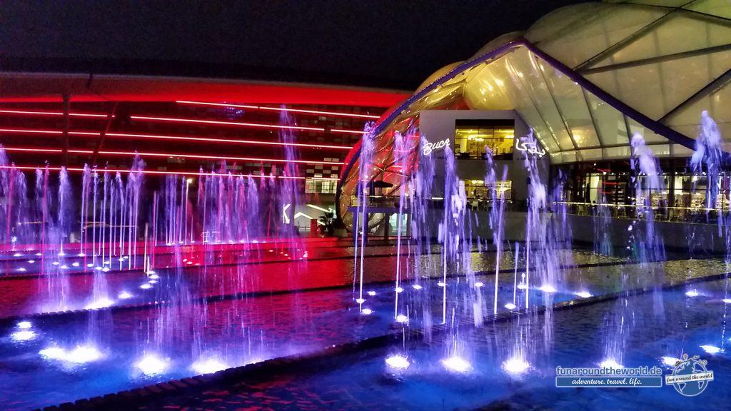Wasserfontänen Show vor der Ferrari World Abu Dhabi