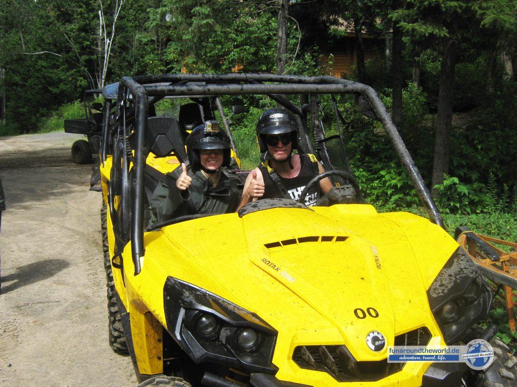 Fabian und Manon bei Buggytour in Kanada durch die Wälder am Sacacomie See